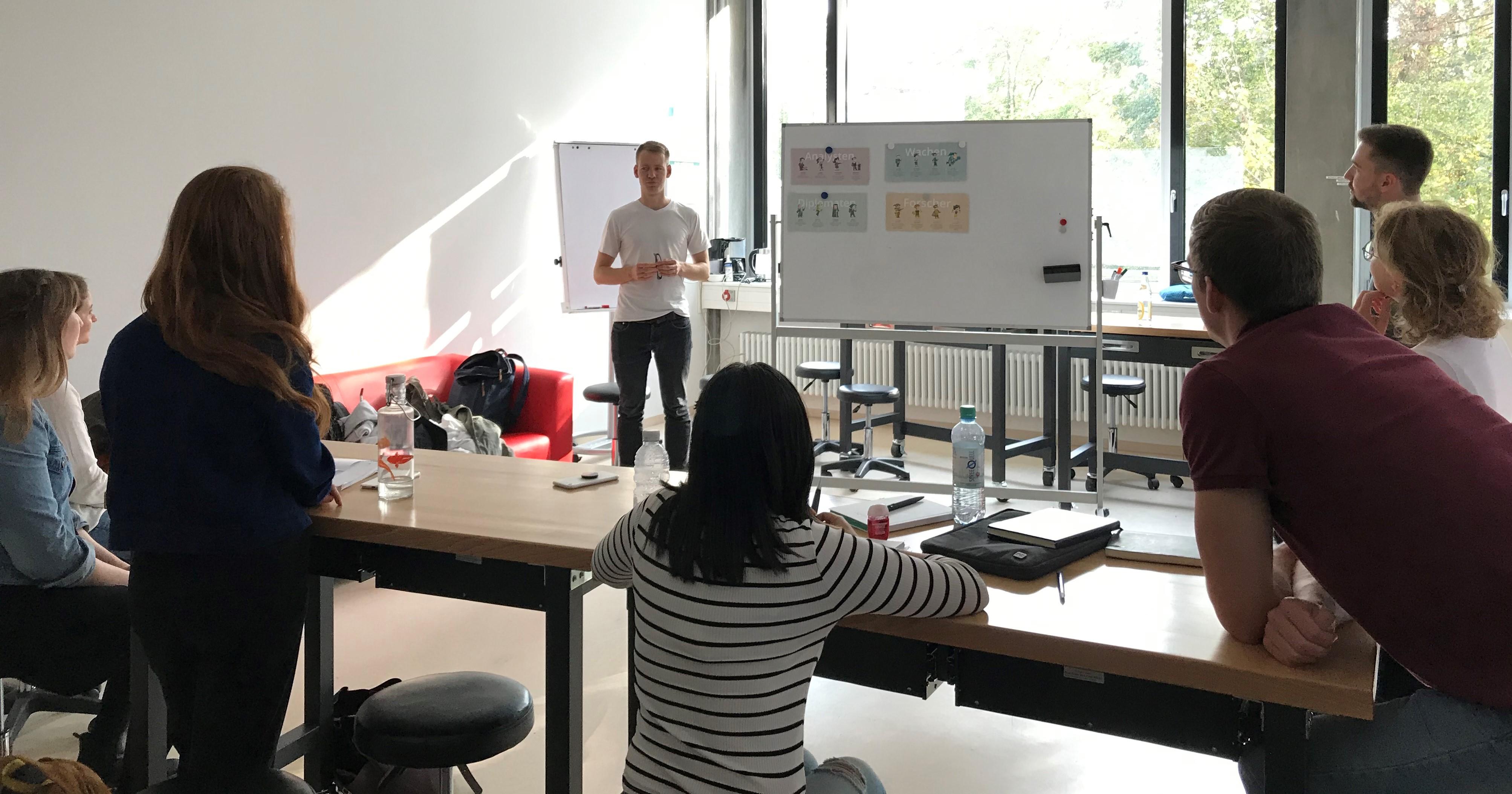Das Hebammenplattform-Team beim Kick-Off zum Start-up-Semester in der Entrepreneurship-Garage (HsKA, B118). Foto: Moriz Theis
